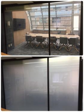 会議室とのガラスパーテーションに。オフィスを広く見せるのにKasmyは最適です