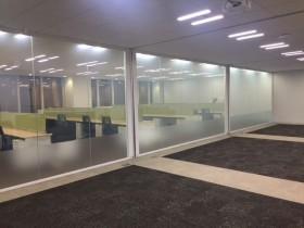 コールセンターと会議・応接室とを隔てるガラスパーテーション