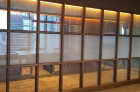 目線位置のみの不透明、開放的なガラスパーテーションの魅力を生かします